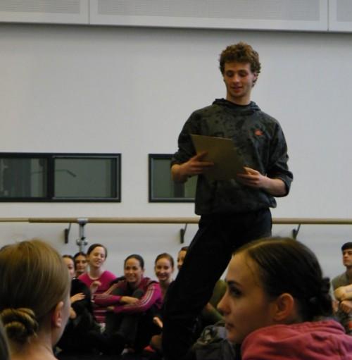 Sacha Males freut sich darüber, den Elevenstatus verlassen zu haben und nun richtig zum Corps de ballet zu gehören.
