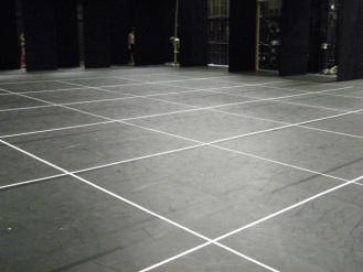 Noch sind zur Orientierung für die TänzerInnen Quadrate geklebt.